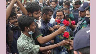 পুলিশ গেল জলকামান নিয়ে, শিক্ষার্থীরা দিল লাল গোলাপ